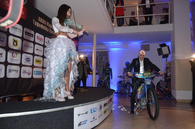 Tomasz Golob wjechał motocyklem na salę bankietową!